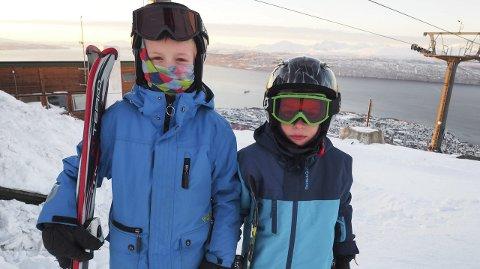 Godt med ferie: Kompisene Elias Framvik (8) og Tobias Elvenes (9) er veldig glade for at det er vinterferie. Spesielt herlig er det at det er fint vær og at de kan tilbringe dagene i alpinanlegget. Alle foto: Lone Martinsen