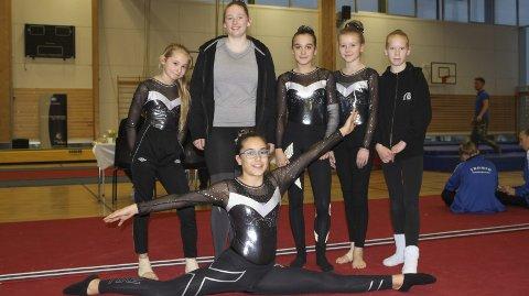 TROPP BLÅ: Fra venstre: Sofie Andreassen (12), Marianne Cathrin Johansen (16), Frida Johnsen (13), Celine Falch Hope (12), Ann-Lisbeth Forsaa (13). Foran: Åste Irene Dorgli (13).