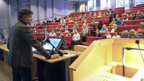 KONFRONTASJON: Både Tor Ingebrigtsen og frammøtte var tydelige i talen da UNN hadde invitert til åpen høring om akuttberedskap og fødeavdeling ved sykehuset i Narvik. Men noen av de vanskeligste spørsmålene forble ubesvart. Begge foto: Fritz Hansen