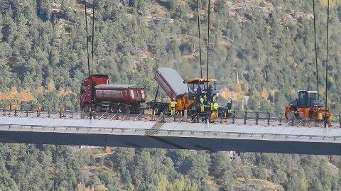 ETTERLENGTET: Mandag ble det for første gang lagt asfalt på Hålogalandsbrua.