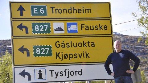 Vil skilte om: Disse skiltene står på E6 like ved avkjørselen til riksvei 827. Tysfjord-ordfører Tor Asgeir Johansen vil ha byttet om på disse, slik at E6 i fremtiden går via sambandet Kjøpsvik-Drag. Foto: Tysfjord kommune
