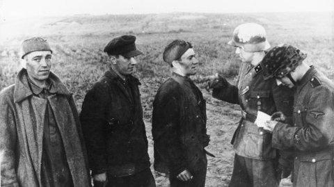 AVHØR: To norske frontkjempere forhørte russiske krigsfanger 21. juni i 1942. Nordmenn hadde også jobben med å «rydde opp» bak frontene.