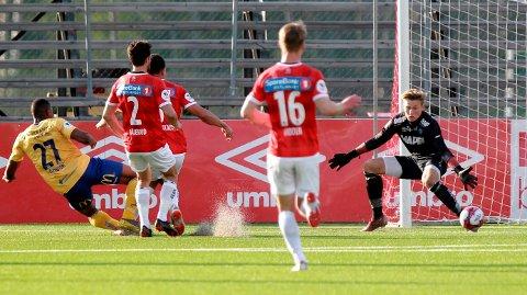 GOD DEBUT: Andreas Smedplass slipper her inn 0-1-målet, men kom ellers veldig bra fra debuten i 1.divisjon.