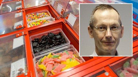 FOR MYE: Fedmeekspert Jøran Hjelmesæth (innfelt) anbefaler ikke at man kjøper smågodt i så store bokser som Europris nå selger.