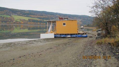 FÅR STÅ TIL VÅREN: Denne husbåten strandet ved Korgen. Til våren skal den bort før fuglelivet starter for fullt i reservatet.