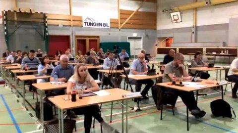 VINSTRAHALLEN:  Kommunestyret i Nord-Fron var mandag samlet i Vinstrahallen. Koronasituasjonen gjorde at sportshallen ble valgt som egnet møteplass - med god avstand mellom deltakerne.