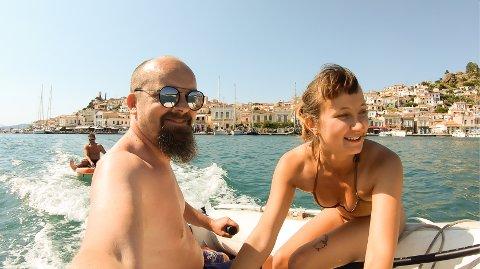 SØKER MANNSKAP: Roger Weltzien (t.v.) søker mannskap til seiltur blant de greske øyene. Det eneste kriteriet er at du må være ei ung dame. Personen som taues er Tomas Marcinkowsk mens dama til høyre er Sophie Lynn fra Sveits.
