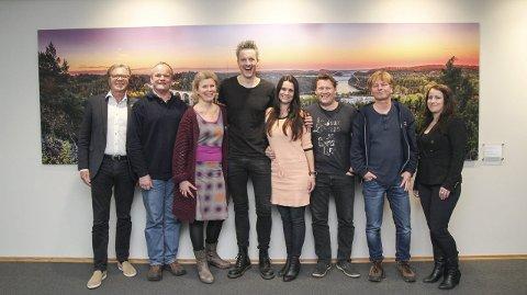 ALLSANG-GJENGEN: Harald Kynningsrud (Styreleder Grensearena), Magne Rannestad (Fredriksten festnings venner), Else-Marie Andersen Guldahl (Daglig leder Grensearena), Hans Aaseth (Kapellmester), Katrine Moholt (programleder), Bård Eriksen (TV 2), Ole Evenrud (Monster) og Heidi Ottesen Sandmo (Grensearena).