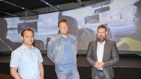 Fra venstre ser vi David Aleksandersen (daglig leder i Smart Simulation, daglig leder Trond-Atle Bokerød i OMNI Produksjon og designer Rui Martins i Smart Simulation.