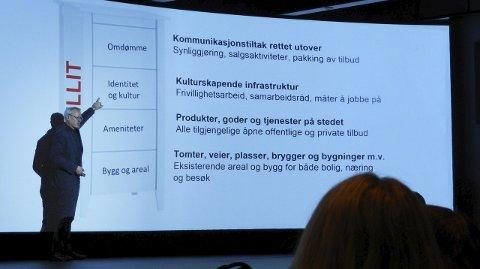 Telemarkforskning: Lars Ueland Kobro med fire byggestener for at en by skal være attraktiv. Legg merke til ordet som er skrevet i rødt bak ham: Tillit. – Tillit er enormt viktig, sier statsviteren.