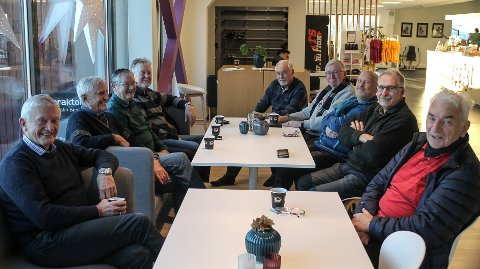KJAPPFOT-KAMERATENE: Trener sammen tre ganger i uken. f.v. Bjørnar Nyborg (72), Jarle A. Berg (78), Ansgar Helgesen (77), Knut Roar Hansen (69), Bjørn Rønsen (76), Bjørn Roald Larsen (70), Ray Tveter (70), Per Windahl (68) og Oddvar Solholt (79)