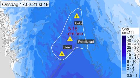 MØRKEBLÅTT: Meteorologisk institutt har tirsdag sendt ut gult farevarsel for Østlandet og i Vestfold. I Halden forventes det at den første snøen begynner å dale ved 22.-tida tirsdag, og man må påregne glatte veier onsdag morgen.