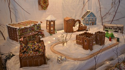 Bygger by: I Odda skal det i år bygges pepperkakeby. Forrige gang noe lignende ble gjort var i 2012 da husene på dette bildet ble bygget. Arkivfoto