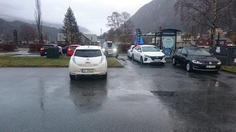 Ein bileigar venta i over to timar på å få lada i Eidfjord 2. juledag. Foto: Privat