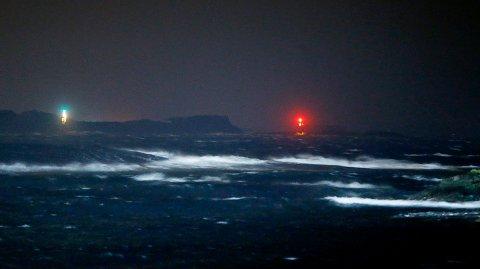 MER KRAFTIG VIND: Det skal blåse godt også i kveld. Her fra Kvalsvik tidligere i desember da det var uvær. Arkivfoto: Harald Nordbakken