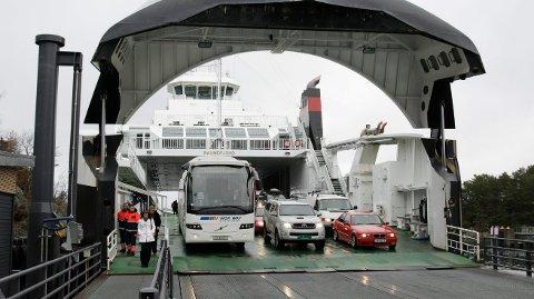 Stord 130310 Fjord1 sine ferger må gå med redusert kapasitet etter at rederiet og sjøfartsdirektoratet er uenige om hvor mange personer flåtene ombord er sertifisert for. Kø og passasjer som ikke kommer med halvfulle ferger er resultatet. Sandvikvåg Raunefjord *** Local Caption *** Stord 130310 Fjord1 sine ferger må gå med redusert kapasitet etter at rederiet og sjøfartsdirektoratet er uenige om hvor mange personer flåtene ombord er sertifisert for. Kø og passasjer som ikke kommer med halvfulle ferger er resultatet. Sandvikvåg Raunefjord