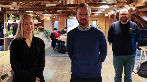 MØTER VIRKELIGHETEN: I ti uker varer praksisoppholdet til Karoline Sørenes (22) fra Aksdal og Ole Alexander Bakkevik (34) hos Flow og Hans Henriksen Marki (t.h.) denne høsten.