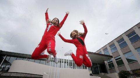 MYE OPPSPART ENERGI: Ingeborg Trætteberg (t.v.) og Rebacca Knudsen med et spenstig russehopp til ære for fotografen. De skulle vært på vei til Landstreffet i Kongeparken denne dagen...