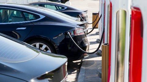ELBIL: Tesla fornyer ladestasjon i Tysvær.