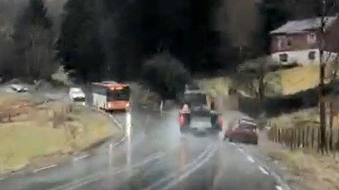 FORBIKJØRING: En traktor med henger kjørte forbi en mopedbil på E 134 ved Ølen. Nå er sjåføren anmeldt og saken etterforskes.