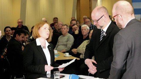 DUELL: Varaordfører i Vefsn, Åshild Pettersen og Rana-ordfører Geir Waage møttes til en av flere dueller i den NRK-sendte flyplassdebatten i Korgen. Foto: Pål Leknes Hanssen