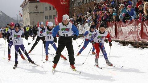START: Her kjemper Odne Ulset (27), Marte Skog (51), Isak Isaksen (38) og Adrian Birkeland Mo (15) ut fra start.