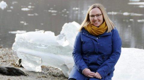 GOD FLYT: Guro Larsen Brown var som jentunge aktiv i Speideren, og hun har fremdeles stor sans for friluftsliv. Nå gjelder det bare å få solgt Helgeland som naturparadis også på vinterstid. Arbeidet flyter riktig vei, som isgangens kunst i Vefsna.