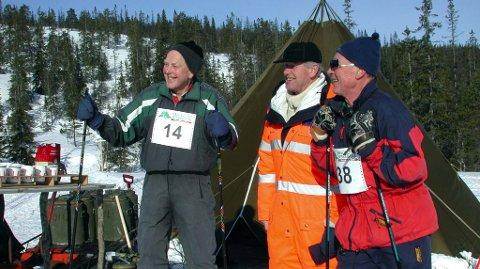 SUPERVETERANER: Agnar Hansen (t.v.) og Ole Storåker sammen med mangeårig løypesjef Roald Bjørnå på matstasjonen på Kalvmoneset i 2005.  Foto: Rune Pedersen