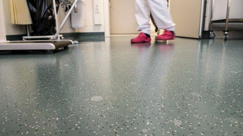 TILGJENGELIG: Alle ansatte på Kirkenes sykehus kunne følge streamen som sendes fra et av venterommene på sykehuset.