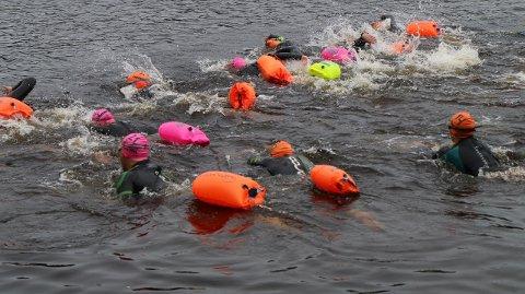 SIKKERHET FØRST: Svømmerne er utstyrt med våtdrakt og livbøyer.