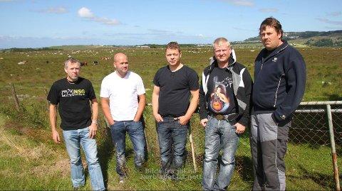 MOTSTANDARAR: Jone Lende (t.v.), Atle Lende, Livar Salte, Jon Arild Fosse og Arne Berge er blant naboane som er imot at det kanskje skal byggast fire vindmøller på Fotland. Dei er redde det vil skapa støy og skyggekast, i tillegg til å øydelegga utsikta.