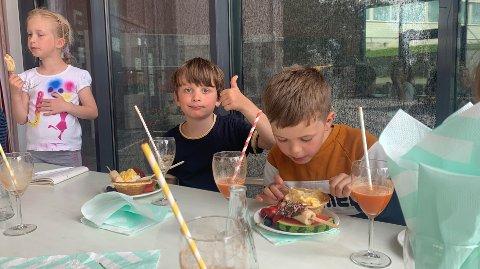 TOMMEL OPP: Julia Lada, Gabriel Nilsen Oppedal og Kornelius Ur Fotland var alle fornøyde med banansplitt.