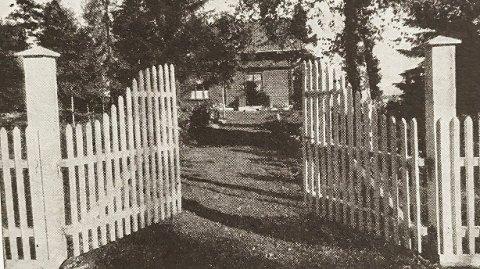 SLIK VAR DET: Stakittgjerdet rundt Olav Duuns hus, slik det var da dikteren bodde her på Ramberg. Bildet skal være tatt i 1938. Fotografen er ukjent.