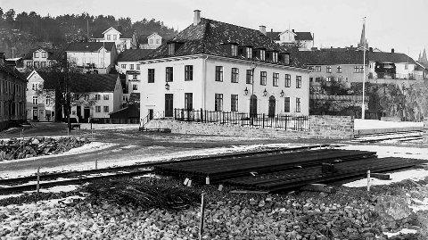 Jernbanestasjonen i Kragerø: Kragerø fikk et nytt signalbygg, stasjonsbygningen da Sørlandsbanen fikk sin foreløpige endestasjon i desember 1927. Arkitekten som hadde tegnet bygget var en kragerømann ved navn Gudmund Hoel. Han var fra Øya. Bildet som er fra 1928 ble tatt i forbindelse med at det ble lagt et jernbanespor mot Dampskipskaia. Dermed fikk Kragerø også en ny liten båthavn, Blindtarmen.