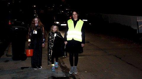 REFLEKS: Pass på at ungane som går «knask eller knep»-runde blir sett i mørkret! Mange av kostyma er mørke og ikkje så lette å sjå. (Foto: NAF).