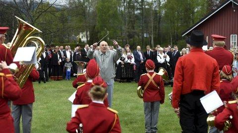 DIRIGERER: Egil Gulbrandsen (89 år) svinger taktstokken for Efteløt skolekorps.alle foto: ole john Hostvedt