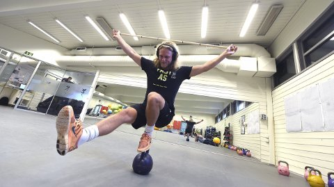 BALANSE: Christian Ruud Myhre trener 25–30 timer i uka. Her er det balanse som står på programmet.foto: OLE JOHN HOSTVEDT