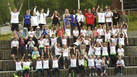 GLADE DELTAKERE: Her er de 60 jentene og guttene som deltar på idrettslekene på Rødberg samlet sammen med instruktørene. Innsatsen var upåklagelig.