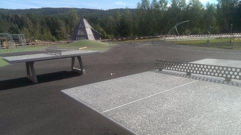 Snart skolestart: Mandag førstkommende er første skolestart i både Flesberg og resten av vårt distrikt. På det nye uteområdet på Stevningsmogen kan barna blant annet spille bordtennis.