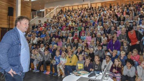 Ivrige publikummere: Krimforfatter Jørn Lier Horst var tydeligvis en interessant gjest, og elevene fulgte med og stilte spørsmål om både bøker og forfatter.