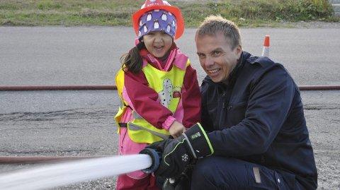 KJEMPEARTIG: Aroso syntes det var kjempegøy å få sprute vann sammen med brannmann Jan Kåre. At journalisten ble våt la ingen demper på gleden. Alle foto: Kai Nikolaisen