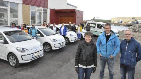 Elbiler: Bilselger Glenn Jensen (i midten foran) sammen med leder Ragnhild Nygaard Nordby og leder Bjørn-Tore Nergård foran noen av bilene Berg & Co leverte mandag til de ansatte i hjemmetjenesten, Vågan eiendom, kommunelegen, VIO og en del andre kommunale tjenester.