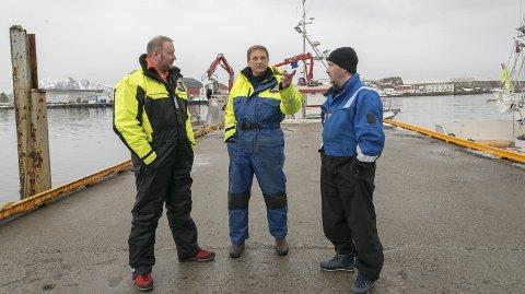 Leder: Skipperne er skårungenes læremestre. F.v. Geir Sivertsen, Jens Ringstad og Vegard Eriksen Bangsund. Både Sivertsen og Ringstad er lofotinger. Foto: NRK/Bernt Olsen