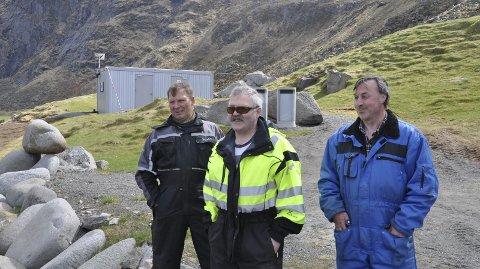 PLANER: Ståle Olsen, Ivar Andersen og Kurt Hansen er tre av ildsjelene på Uttakleiv. Her står de foran toalettbrakka som ble kjøpt inn i fjor.  I år har de flere planer