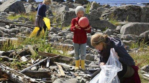 Unge ryddere: Fem av dem som deltok i ryddeaksjonen på yttersida av Værøy mandag, inkludert ett barn, er fra Værøy lufthavn Community. VLC er en gjeng med unge folk som setter miljø og bærekraft i fokus, og som har kjøpt opp den gamle kortbaneflyplassen, der Sjokoladefabrikken i noen år var i drift før brannen. Foto: June Grønseth