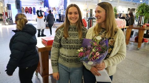 TOSPANN: Kjersti Isdal sammen med dattera som har på seg prototypen av Alvergenseren. Alver kommune ble etablert i år og består av de tidligere kommunene Lindås, Radøy og Meland.