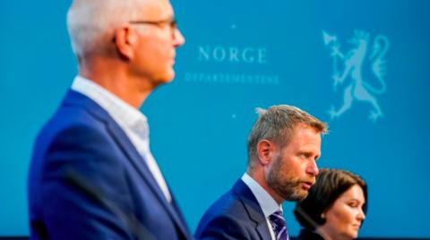 IKKE OVER: Pandemien er ikke over, advarte helseminster Bent Høie. Til venstre helsedirektør Bjørn Guldvog og til høyre assisterende direktør i Folkehelseinstituttet, Gun Peggy Knudsen.