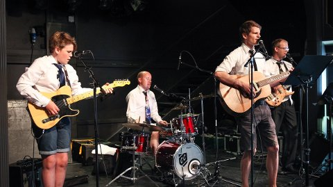 BEATLES: Gruppen Fire år med Beatles spilte på Tivoli Sportsbar. Jacob Kverndokk (13) var samtidig Musikkfests yngste musiker.
