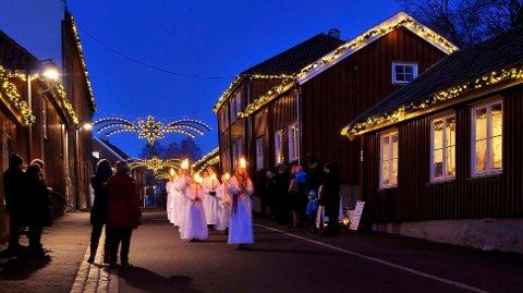 STEMNINGSFULLT: Luciatoget med fakler og lys i en julepyntet gate i 2015.