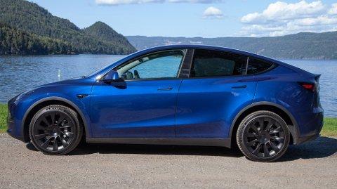 BEHOLDER PRISEN: Tesla Model Y er  Norges mest solgte bil høsten 2021. Den kommer ikke til å øke i pris dersom ny regjering innfører moms på elbiler over 600.000 kroner.